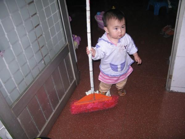 风景 妈妈/小小的人拿着那大大的扫把~还真的是一个奇特的风景~