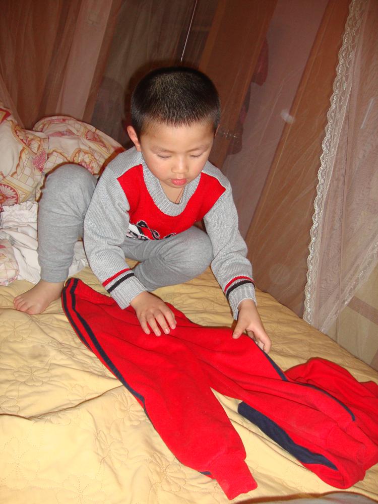 叠衣服的小男生 - 可爱宝宝论坛 - 育儿论坛 - 育儿网