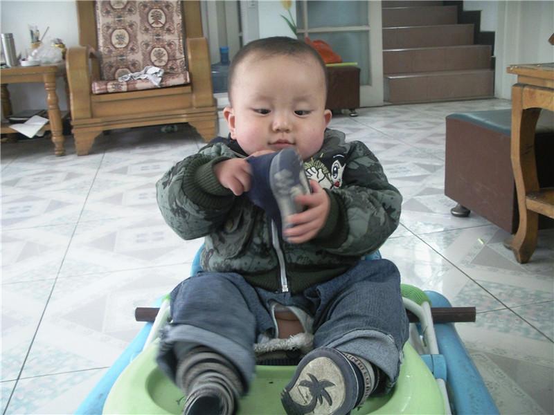 史辰阳/呜,踢球把鞋踢掉了,那就拿着鞋玩吧