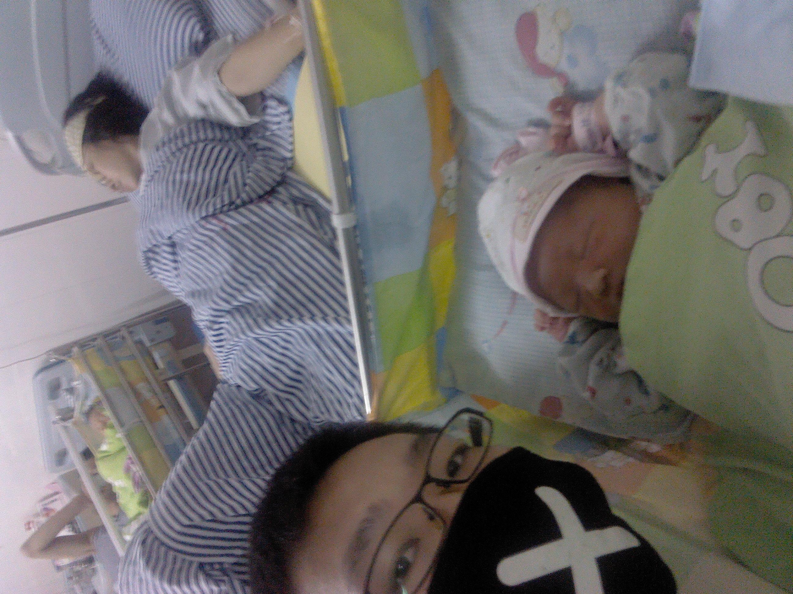 """刘婧/睡在病床上的那个裹着头巾的女人是我,戴在""""×""""的口罩是爸爸,..."""