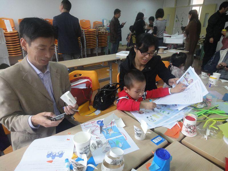 宝宝幼儿园开展学习型家长活动。11月10日,我们带着睿睿去幼儿园。小班主题是用纸杯做小动物。